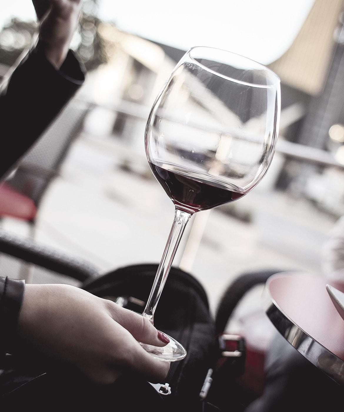 Dégustation d'un verre de vin rouge