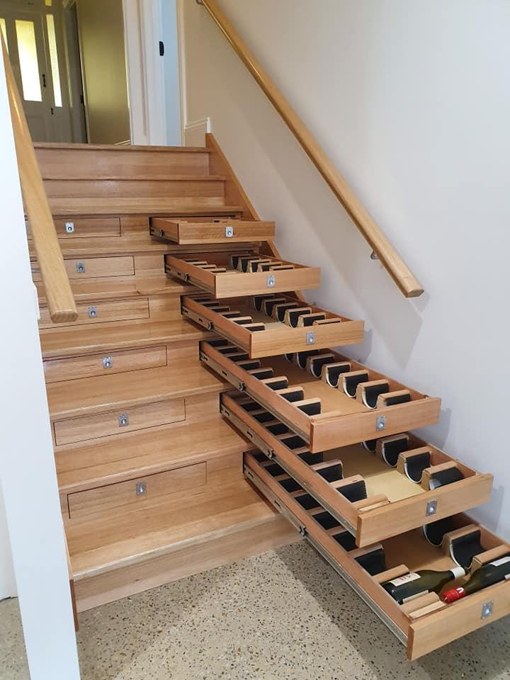 Cave à vin sous escalier sur mesure avec tiroirs