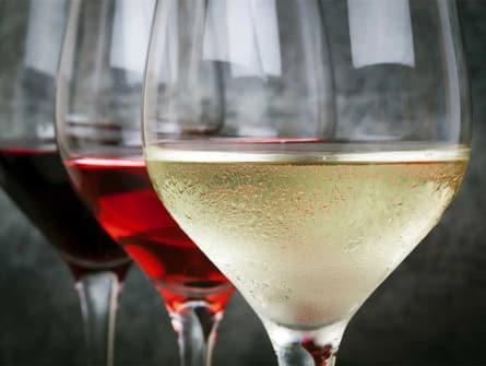 Service des vins blancs, rouges, rosés