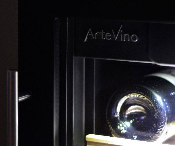 Logo Artevino sur porte vitrée