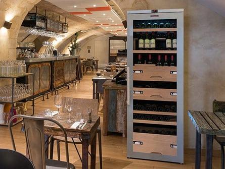 Cave à vin posée dans un restaurant